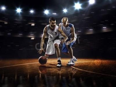 Poster Dois jogadores de basquete em ação no ginásio em luzes