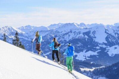Poster Eine Gruppe Skitourengeher vor der Traumkulisse der Allgäuer Alpen