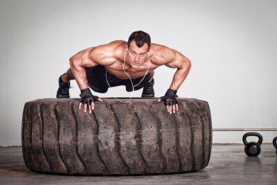 Poster Empurre-se em um treinamento pneu crossfit
