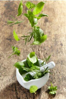 Poster ervas verdes cair em almofariz e pilão