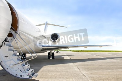 Poster Escadas com motor de jato em um moderno avião a jato privado