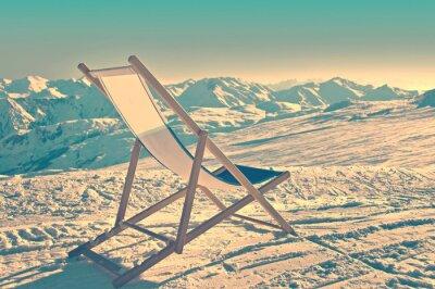 Poster Espreguiçadeira vazia no lado de uma pista de esqui, processo vintage
