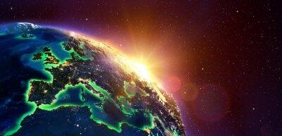 Poster Europa no nascer do sol dourado - vista do espaço