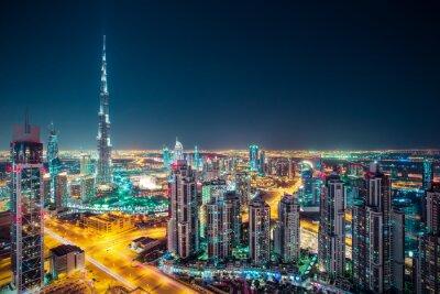 Poster Fantástico nighttime Dubai skyline com arranha-céus iluminados. Telhado perspectiva do centro de Dubai, Emirados Árabes Unidos.