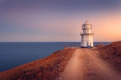 Poster Farol branco bonito no litoral do oceano no por do sol. Lan