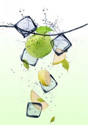 Poster Fatias de maçã verde com cubos de gelo