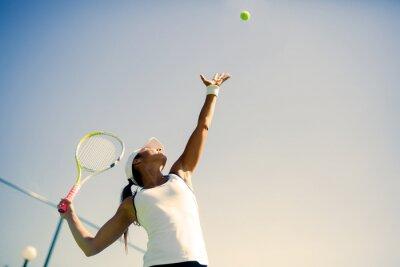 Poster Fêmea bonita tenista servindo