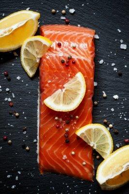 Poster Filetes de salmão deliciosos com limão, sal marinho e pimenta em uma da