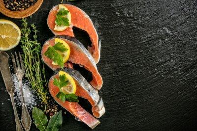 Poster Filetes de salmão servidos em pedra preta