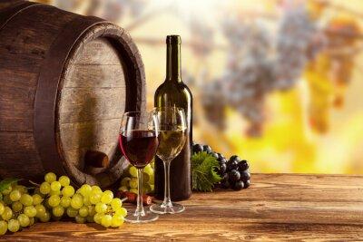 Poster Frasco de vinho vermelho e branco e vidro no barril wodden