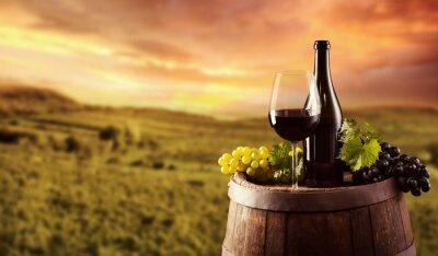 Poster Frasco de vinho vermelho e vidro em barril wodden