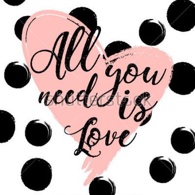 Poster fundo listrado preto e branco com coração da aguarela do ouro. Letras de mão desenhada - tudo o que você precisa é amor. design para cartão de férias e convite de casamento, feliz dia dos namorados