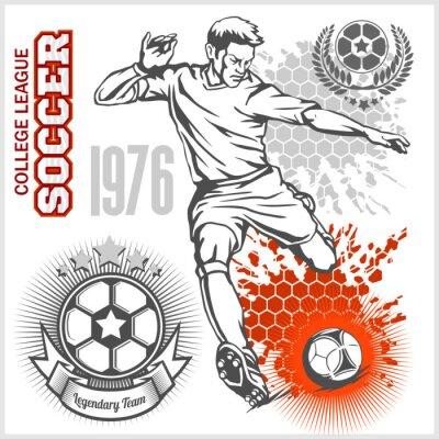Poster Futebol, jogador, chutando, bola, futebol, emblemas