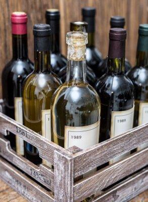 Poster Garrafas de vinho em uma caixa de madeira.