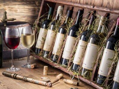 Poster Garrafas de vinho na prateleira de madeira.