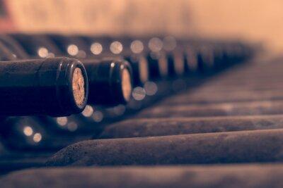 Poster Garrafas de vinho velhos empilhados para o envelhecimento