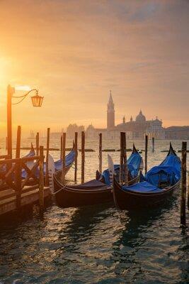 Poster Gôndolas, por, santo, marca, quadrado, durante, amanhecer, com, San, Giorgio, di, maggiore, igreja, em, a, fundo, em, Veneza, Itália