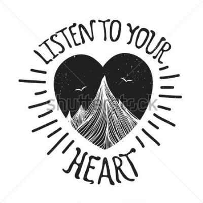 Poster Ilustração vetorial com montanhas dentro do coração. Escute seu coração - citação de letras. Cartaz de tipografia de motivação e inspiração com texto. Design de cartão, impressão de camiseta, arte de
