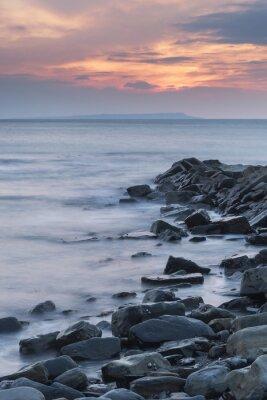 Poster Imagem bonita da paisagem do por do sol do litoral rochoso em Kimmeridg