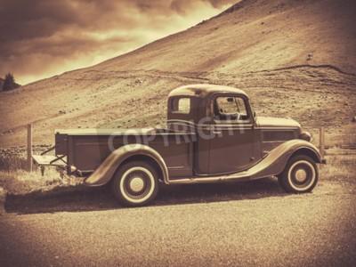 Poster Imagem retro do Sepia do estilo de um caminhão do vintage no campo