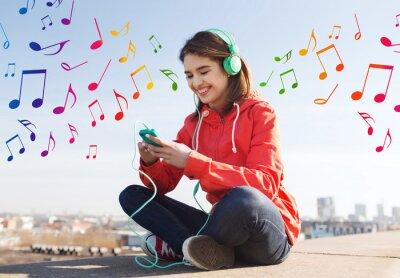 Poster jovem mulher feliz com smartphone e fones de ouvido