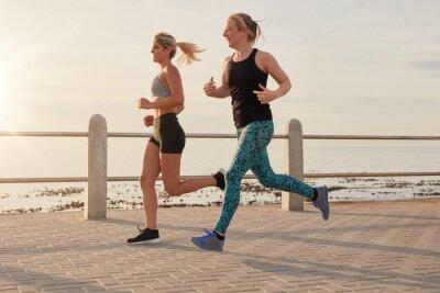 Poster Jovem, mulheres, executando, ao longo, litoral, promenade