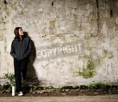 Poster Juventude planejando um mural grafite em um muro vazio vago