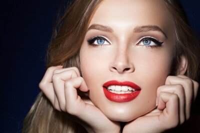 Poster Linda menina com lábios vermelhos com as mãos perto do rosto