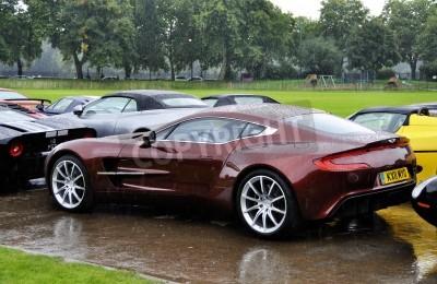 Poster LONDRES - 04 de setembro: Um Aston Martin One-77 no Chelsea AutoLegends, em 04 de setembro de 2011, em Londres. A Aston Martin One-77 será produzido em apenas 77 unidades.