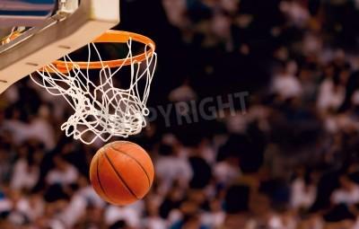 Poster Marcando os pontos ganhando em um jogo de basquete