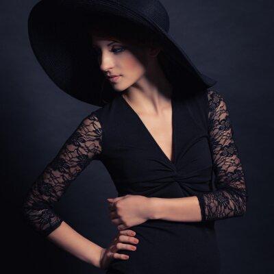 Poster menina bonita no vestido preto e chapéu