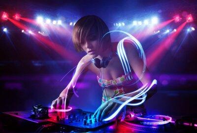 Poster Menina Disc Jockey tocar música com efeitos feixe de luz no palco