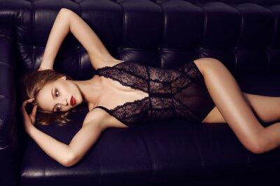 Poster Menina sensual bonita com o cabelo escuro longo que veste luxuoso lingerie de renda