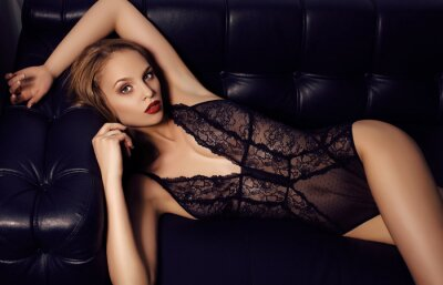 Poster Menina sensual com o cabelo escuro longo que veste luxuoso lingerie de renda