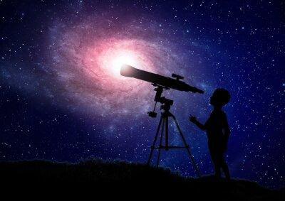Poster Menino que olha através de um telescópio