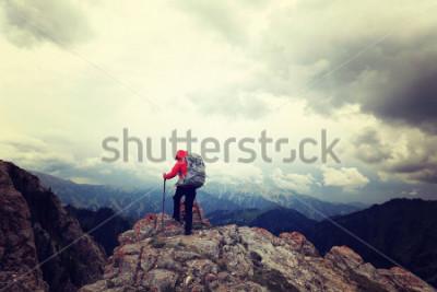 Poster mochileiro de mulher bem arranjado a vista no pico da montanha