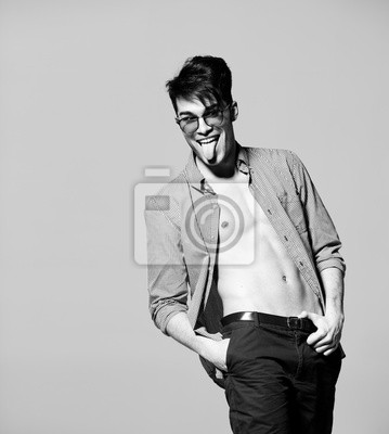 Poster modelo de homem sexy fazendo um ensaio de moda em estúdio - BW  estilizado 691ef7b0fa1