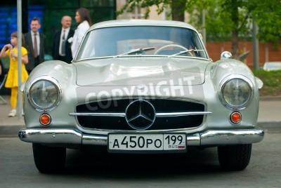 Poster MOSCOVO - MAIO 15: Mercedes do vintage de prata em exposição na Mercedes-Benz clássico Day 2010, enorme comício oldtimer, Moscovo, Rússia, em 15 de maio de 2010