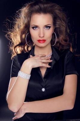 Poster Mulher bonita com cabelo encaracolado e composição da noite. Jóias e