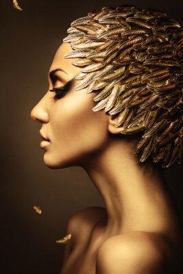 Poster mulher bonita com chapéu da pena do ouro