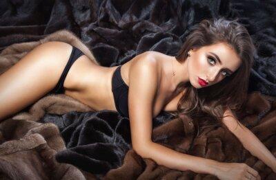 Poster Mulher bonita de luxo em vison casaco de pele com capuz olhando cam