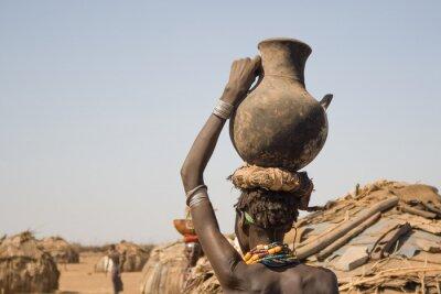 Poster Mulher carrega em sua cabeça um recipiente com água, Etiópia