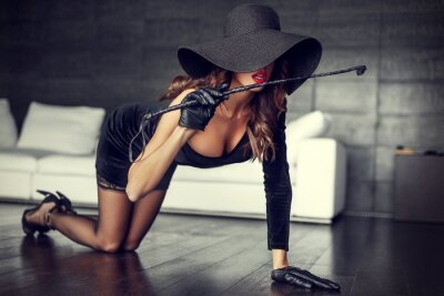 Poster Mulher, chapéu, chicote, ajoelhando, chão, Indoor