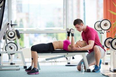 Poster Mulher desportiva nova com pesos trainer exercício de elevação