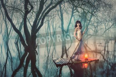 Poster Mulher em uma jangada com uma lanterna que flutua em uma lagoa em uma floresta enevoada. Mulher do conto de fadas em um vestido longo.