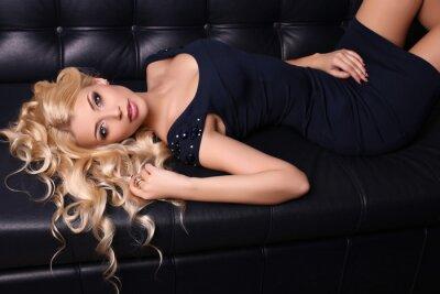 Poster Mulher encantadora bonita com cabelo louro longo desgasta o vestido elegante e os acessórios