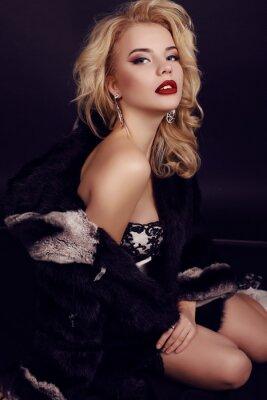 Poster Mulher linda com cabelos loiros veste luxuoso vestido, peles e bijou