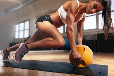 Poster Mulher muscular que faz intenso treino de núcleo no ginásio