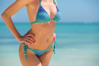 Poster Mulher no biquini que levanta na praia