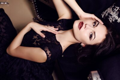 Poster Mulher sexy no vestido preto que levanta no interior luxuoso